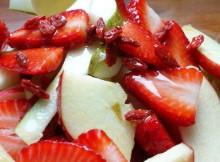 Ovocný-salát-s-čínskou-kustovnicí-a-medem