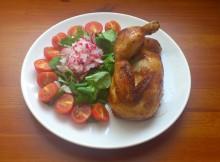 Pečené kuře s rajčátky, polníčkem a řetkvičkou