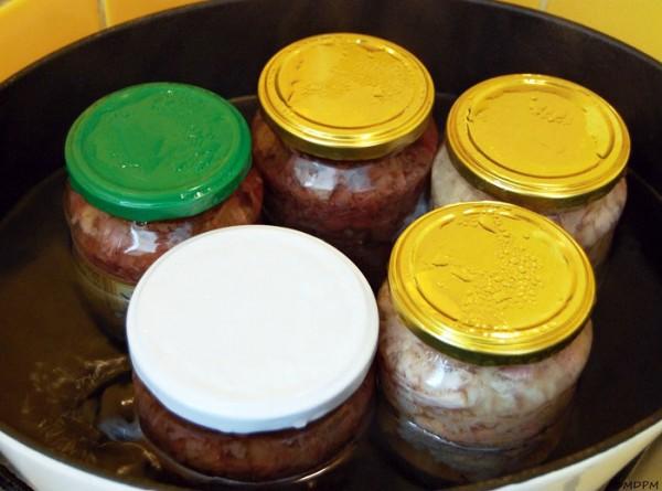 Masové konzervy hovězí a vepřová